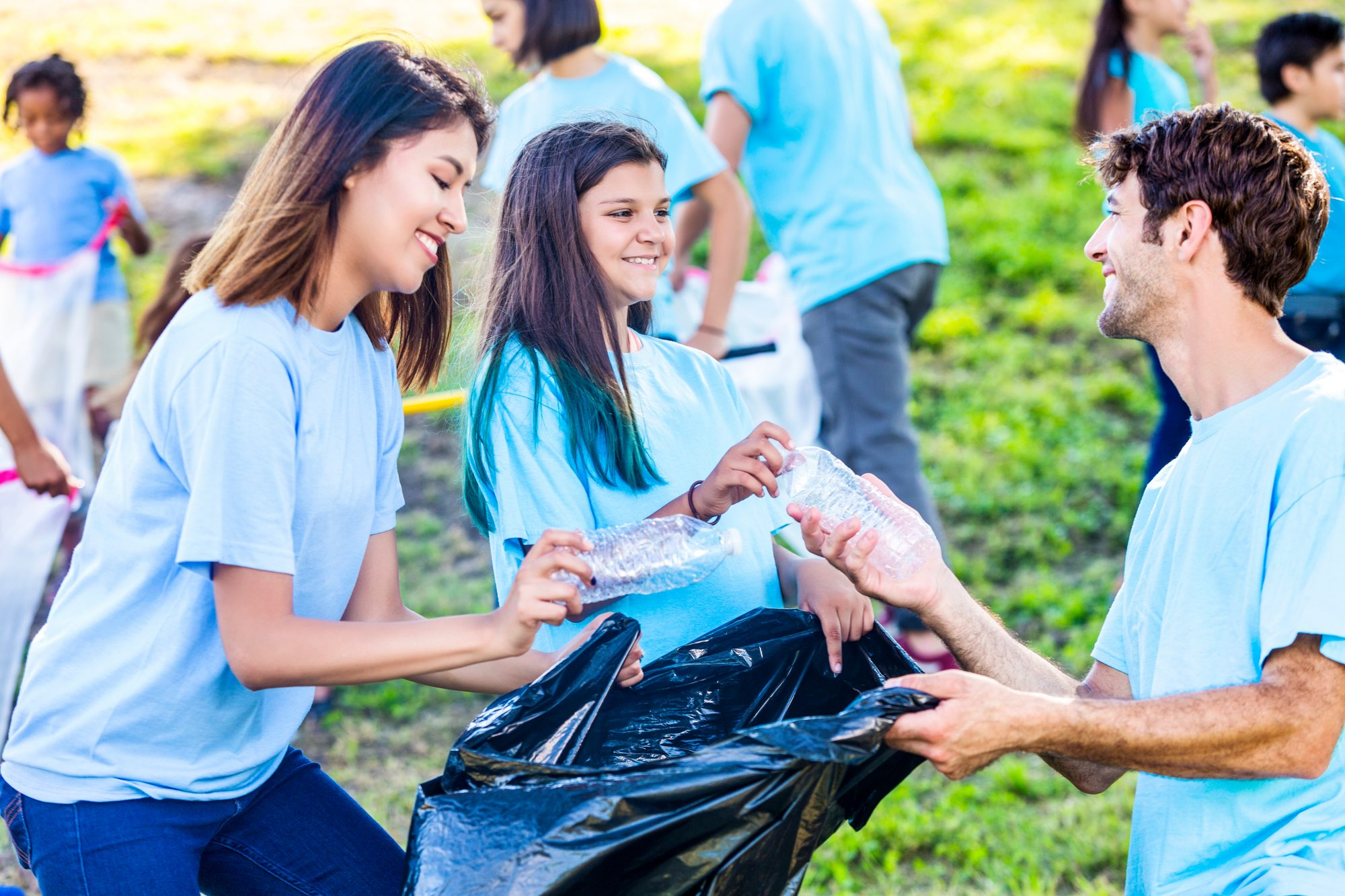 kids volunteering to pick up trash